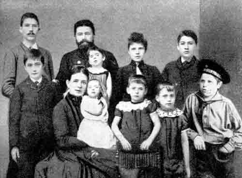 Familien Knudsen stillet op til fotografering. William står forrest til venstre.